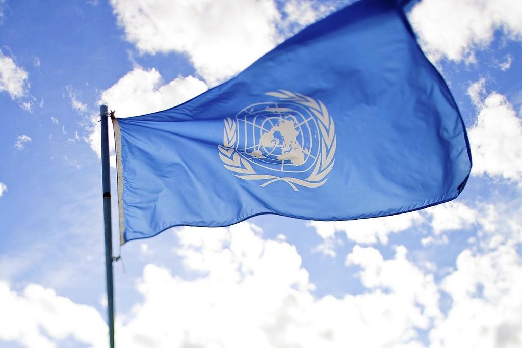El inglés es idioma oficial en instituciones internacionales como la ONU, la OTAN, la UE, la OIT, el FMI, la OMC o el COI.