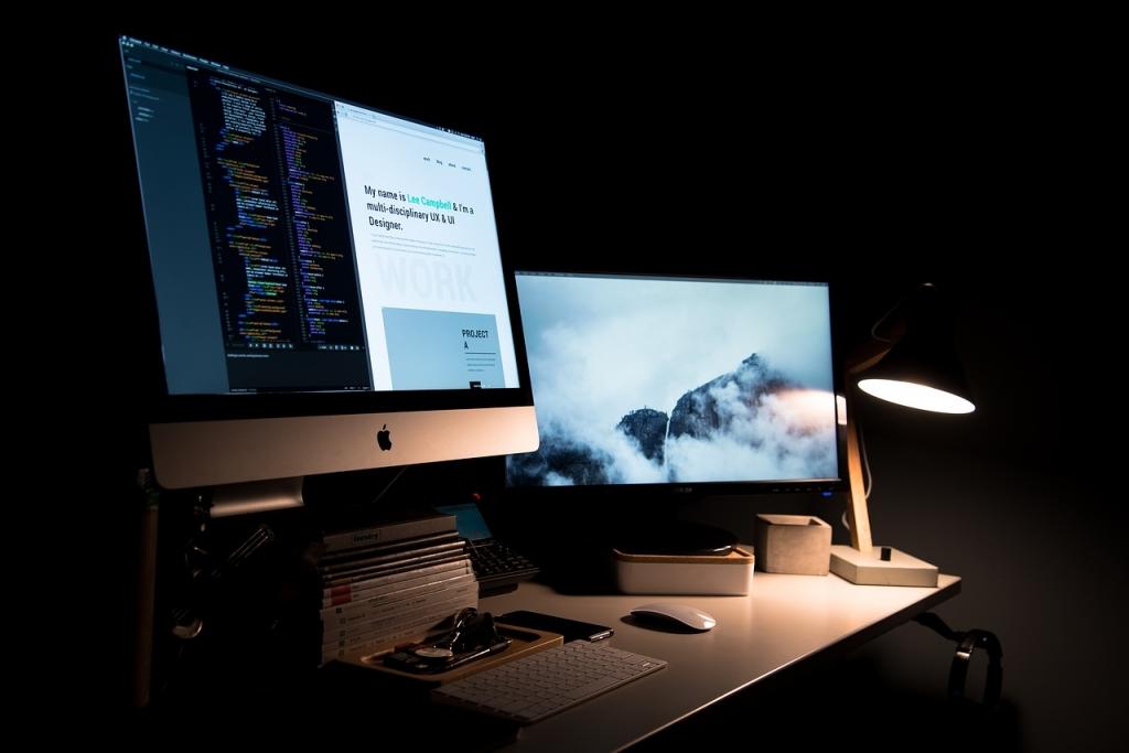Trabajar con al menos un monitor externo facilita tareas de traducción y revisión.