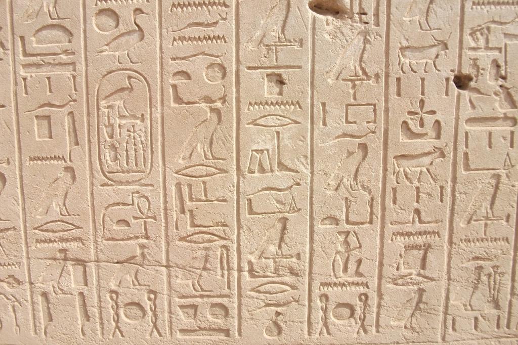 El hallazgo de la piedra Rosetta permitió descifrar la escritura jeroglífica.