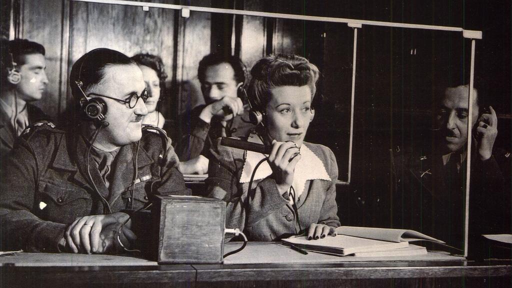 En los juicios de Núremberg se utilizó la interpretación simultánea y nació el oficio de intérprete de conferencias.